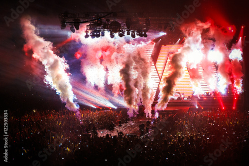 Fotografía  Stage Spotlight in show with Laser rays, fume, confetti and a lot of light