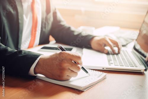 Fotografía  Businessman working with documents