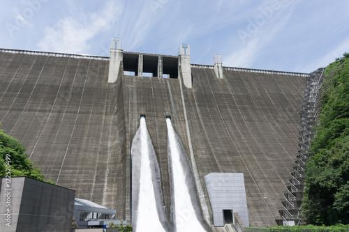 Fotobehang Dam 宮ヶ瀬ダムの観光放流