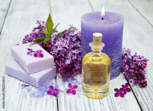 ustawienie-kwiatow-bzu-z-akcesoriami-z-salonu-spa