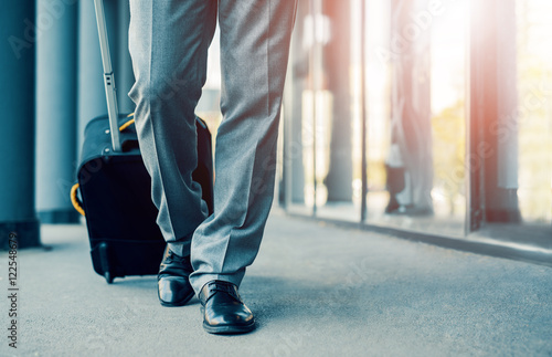 Fotografia  Business traveler pulling suitcase