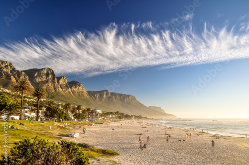 Montage in der Fensternische Südafrika Stunning evening photo of Camps Bay, an affluent suburb of Cape Town, Western Cape, South Africa. With its white beach, Camps Bay attracts a large number of foreign visitors as well as South Africans.