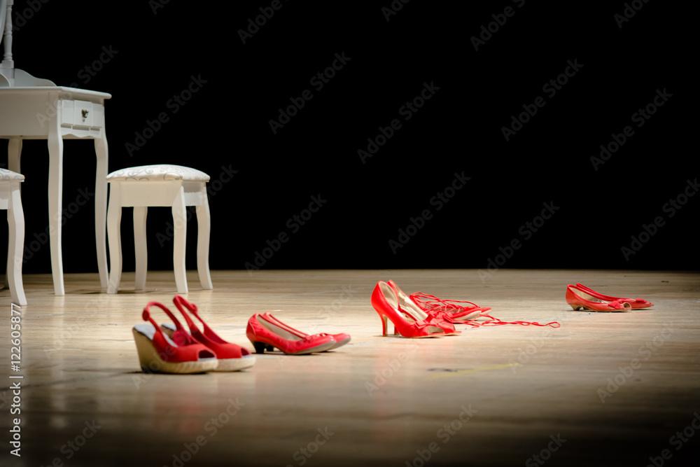 Fototapety, obrazy: Scarpe rosse su un palco, simbolo della violenza sulle donne