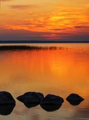 Fototapetathe beautiful colorful sunset on the lake