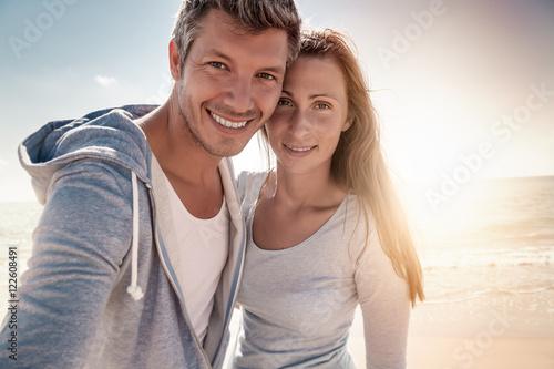 Plakat para selfie ze słońcem