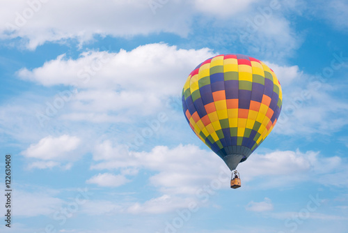 In de dag Ballon Hot air baloon with clouds blue sky background