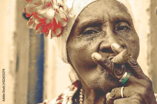 In de dag Havana Cuban woman smoking cigar