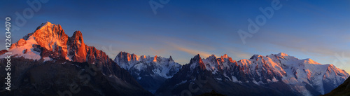 Poster Bergen Panorama of the Alps near Chamonix, with Aiguille Verte, Les Drus, Auguille du Midi and Mont Blanc, during sunset.