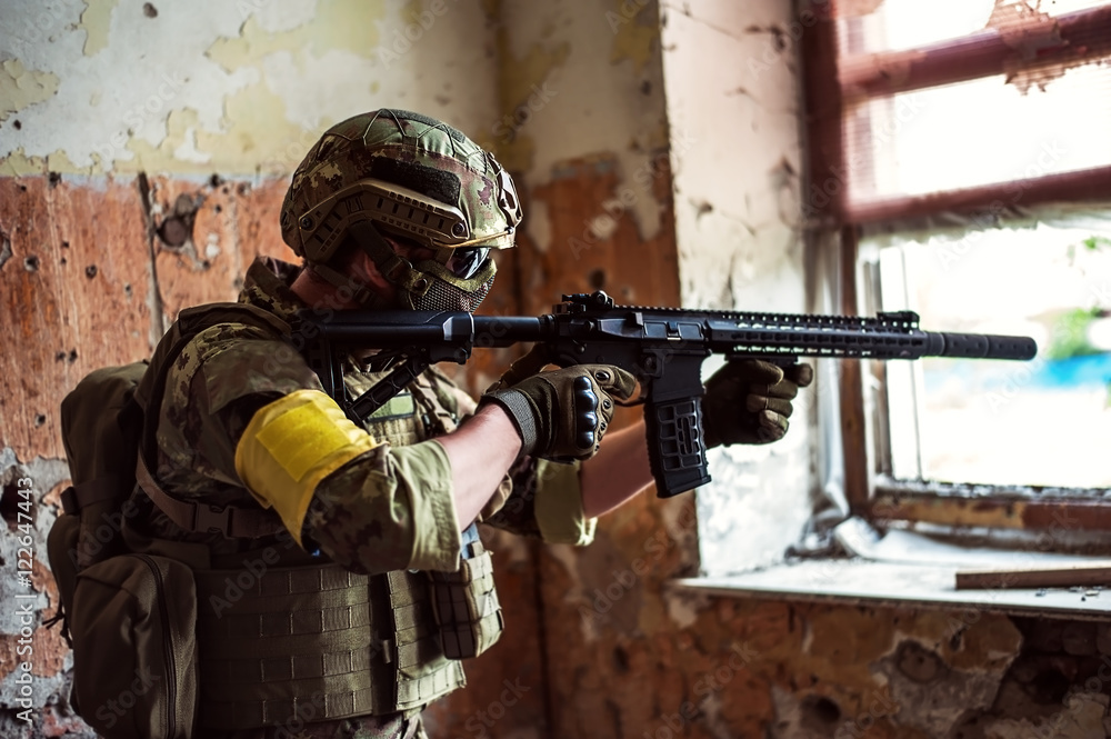 Fotografía sniper with automatic rifle by the window in building