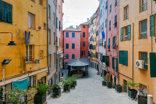 Fotografia  Genoa. Houses in the old quarter.