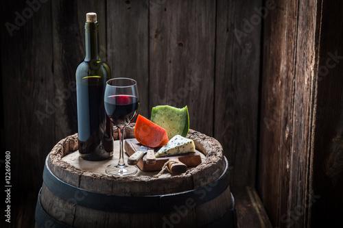 smaczne-czerwone-wino-i-rozne-rodzaje-serow