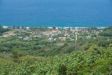 Pogled na obalno selo Auti s visina otoka Rurutu, južnog Tihog oceana, australskog arhipelaga, Francuska Polinezija