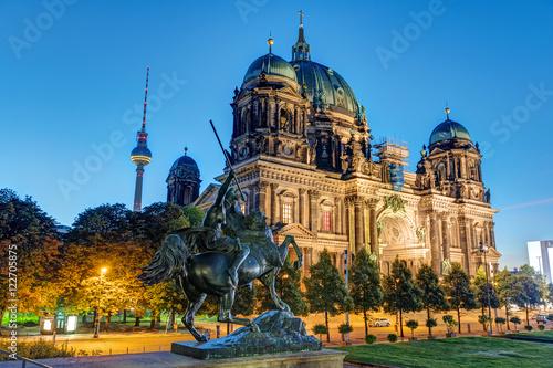 pomnik-i-katedra-ewangelicka-w-nocy-w-berlinie