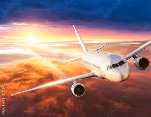 samolot-lecacy-nad-chmurami-w-czasie-zmierzchu-piekne-kolorowe-niebo