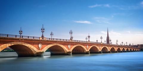 Most Pont de Pierre s katedralom sv. Michela, Bordeaux, Francuska