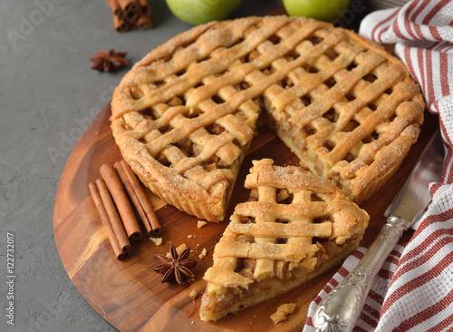 Photo Apple pie with cinnamon