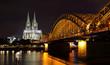 Der Dom zu Köln und die Hohenzollernbrücke bei Nacht