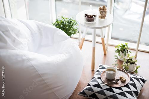 wnętrze w stylu skandynawskim, przytulny pokój na poddaszu