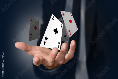 Photo mano, poker, assi, gioco, carte, magia