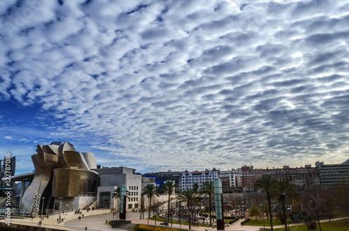 Nubes sobre el museo Guggenheim de Bilbao