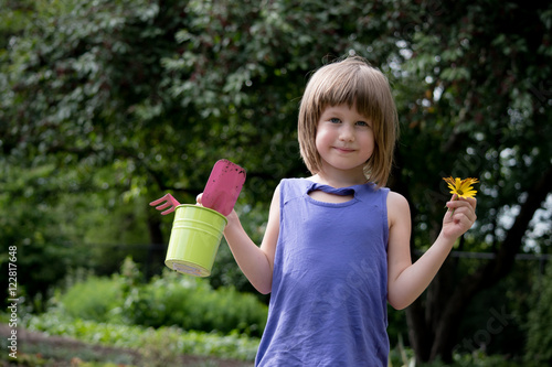 Photo  6 year old girl is enjoying gardening
