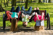 Młodzież czyta książki w parku na ławce