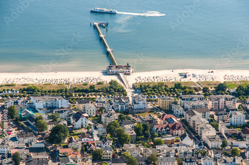 Obraz Luftaufnahme der Seebrücke Ahlbeck mit Schiff auf Usedom - fototapety do salonu