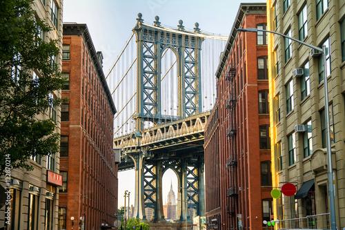 Naklejka premium manhattan bridge i brooklyn neighborhood