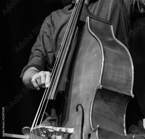 Fototapeta Muzyk gra na kontrabasie, czarno-białym