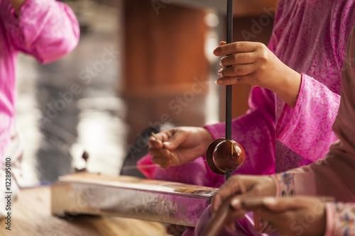 "Foto  Woman play a typical vietnamese monochord musical instrument : the "" dan bau """