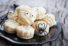 Mummy Macaroons For Halloween