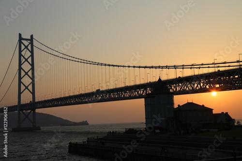 Foto op Plexiglas Panoramafoto s 明石海峡大橋と夕日