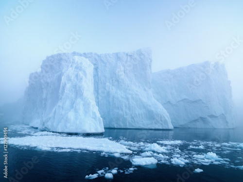 Autocollant pour porte Arctique Big icebergs are ont he arctic ocean in Greenland