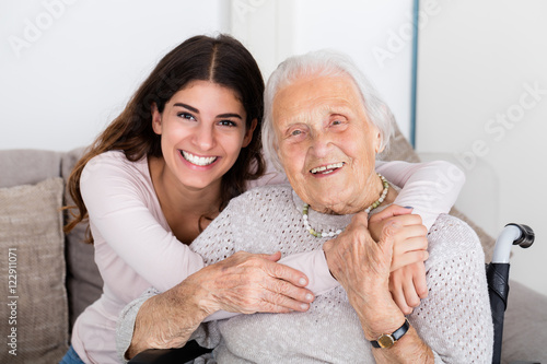 Fotografia  Two Women Embracing Each Other At Home