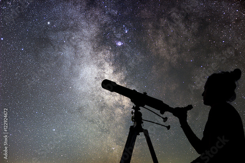 Cuadros en Lienzo Woman and night sky. Watching the stars Woman with telescope.