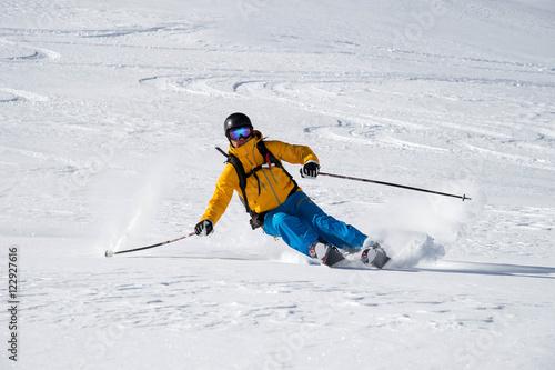 Garden Poster Winter sports Skifahrer abseits der Piste im Pulverschnee