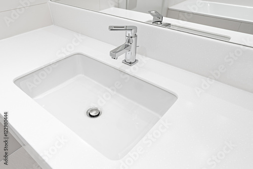 Fotografía  White sink by the mirror.