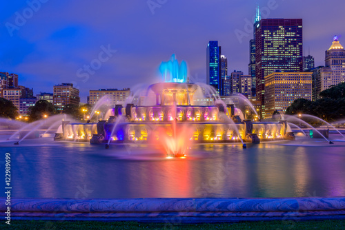 Canvas Print Chicago skyline panorama with skyscrapers and Buckingham fountain in Grant Park at night lit by colorful lights