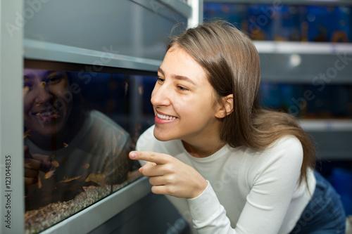 Fototapety, obrazy: girl watching tropical fish
