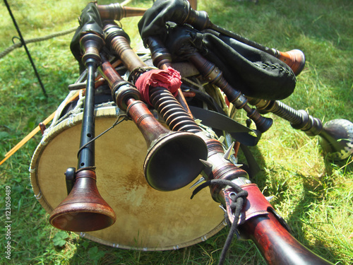 Foto The composition of musical instruments - bagpipes lying on a drum