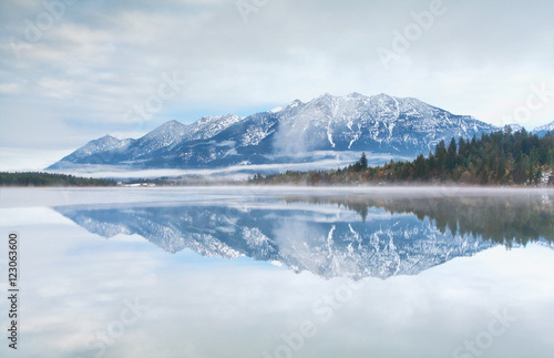 Tuinposter Reflectie mountain range reflected in Barmsee lake