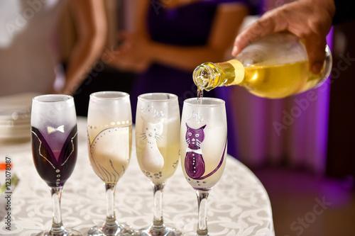 Fotografija  Hand man pours champagne into wedding glasses
