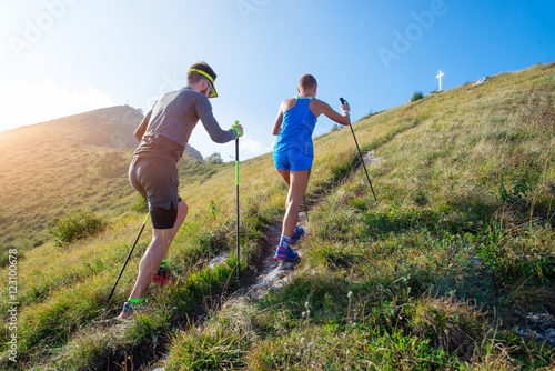 Láminas  Trail running in the mountains a couple prepares to the top