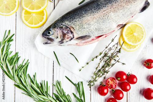Fotografía  Raw trout, rosemary, tomatoes, lemon, thyme