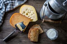 Käse Und Milchprodukte In Rustikalem Ambiente