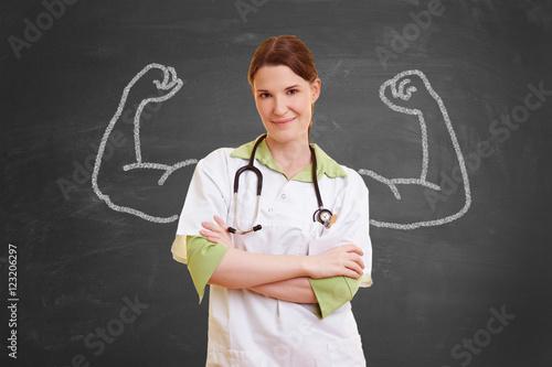 Fotografia  Krankenschwester mit aufgemalten Muskeln