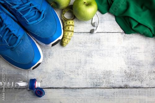 Photo Zapatillas y objetos de deporte en una mesa de madera, top view
