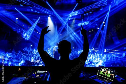 Plakat DJ w klub nocny party festival z ludźmi na tle