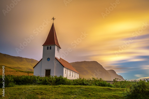 Poster Edifice religieux Sunrise over the lutheran church in Vik, Iceland