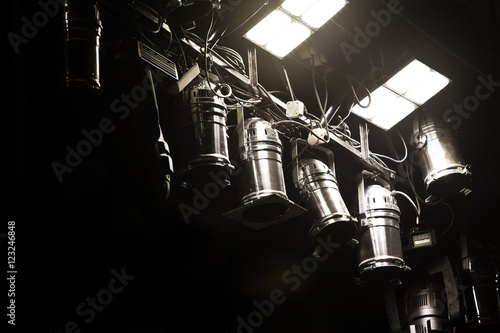 Fotografia  Lightning equipment in the theater closeup in dark colors